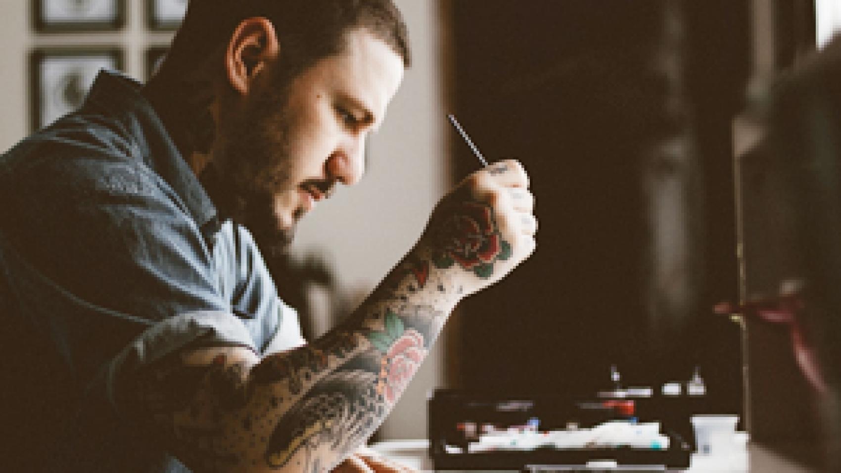 designer keeping an eye on modern logo design trends