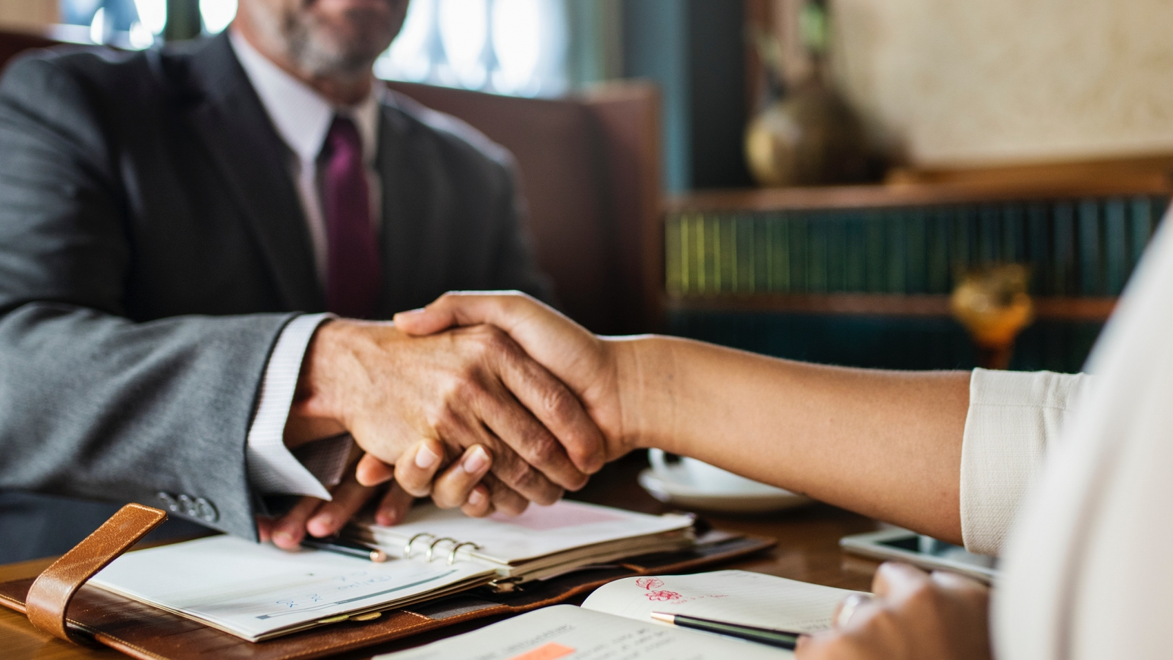 a handshake for the success of outsourcing 2017